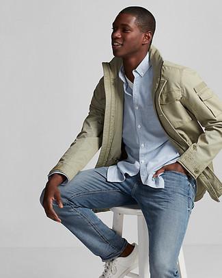 Cómo combinar una chaqueta campo verde oliva: Considera ponerse una chaqueta campo verde oliva y unos vaqueros azules para una apariencia fácil de vestir para todos los días. Tenis de cuero blancos son una opción excelente para completar este atuendo.