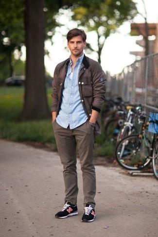 Cómo combinar una camiseta sin mangas: Intenta combinar una camiseta sin mangas con un pantalón chino en marrón oscuro para un look agradable de fin de semana. ¿Quieres elegir un zapato informal? Opta por un par de deportivas negras para el día.