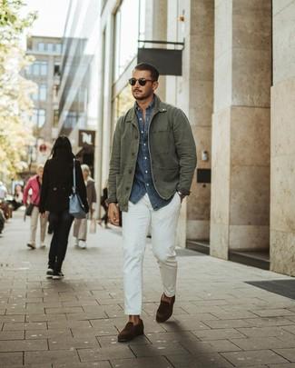 Cómo combinar: chaqueta campo verde oliva, camisa de manga larga de cambray azul marino, pantalón chino blanco, mocasín de ante en marrón oscuro