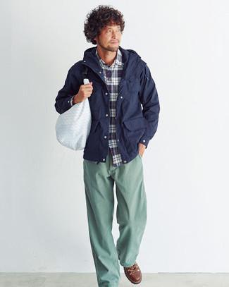 Cómo combinar unas botas de trabajo de cuero marrónes: Ponte una chaqueta campo azul marino y un pantalón chino en verde menta para conseguir una apariencia relajada pero elegante. ¿Quieres elegir un zapato informal? Usa un par de botas de trabajo de cuero marrónes para el día.