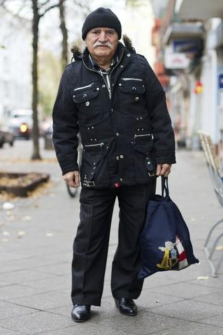 Cómo combinar una camisa de manga larga negra en otoño 2020: Intenta ponerse una camisa de manga larga negra y un pantalón de vestir de rayas verticales negro para crear un estilo informal elegante. Botines chelsea de cuero negros son una opción grandiosa para complementar tu atuendo. ¿En busca de un atuendo apto para este otoño? No busque  más : este es el atuendo perfecto.