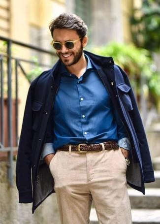 Cómo combinar: chaqueta campo azul marino, camisa de vestir azul, correa de cuero tejida en marrón oscuro, gafas de sol marrón claro