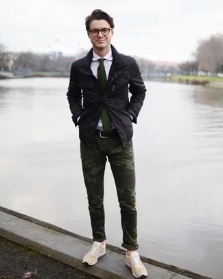Cómo combinar unos tenis en beige: Para un atuendo que esté lleno de caracter y personalidad empareja una chaqueta campo negra con un pantalón chino de camuflaje verde oscuro. Tenis en beige son una opción muy buena para completar este atuendo.