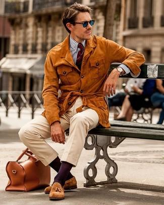 Cómo combinar: chaqueta campo de ante en tabaco, camisa de vestir de rayas verticales en blanco y azul marino, pantalón chino en beige, mocasín con borlas de ante en tabaco