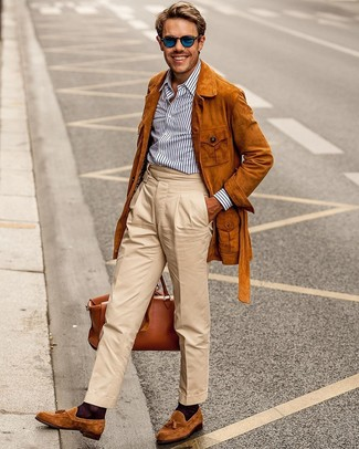 Cómo combinar una camisa de vestir de rayas verticales en blanco y marrón: Intenta combinar una camisa de vestir de rayas verticales en blanco y marrón con un pantalón chino en beige para un lindo look para el trabajo. Con el calzado, sé más clásico y elige un par de mocasín con borlas de ante en tabaco.