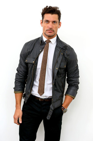 Cómo combinar: chaqueta campo negra, camisa de vestir blanca, vaqueros negros, corbata de lana marrón