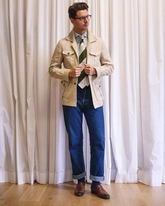 Cómo combinar: chaqueta campo de lino en beige, camisa de vestir de rayas verticales en blanco y azul, vaqueros azules, mocasín de cuero marrón