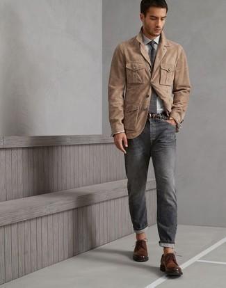 Cómo combinar una camisa de vestir gris: Intenta ponerse una camisa de vestir gris y unos vaqueros en gris oscuro para crear un estilo informal elegante. Con el calzado, sé más clásico y complementa tu atuendo con zapatos derby de cuero negros.