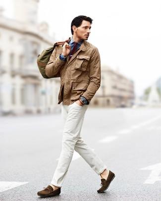 Cómo combinar: chaqueta campo marrón claro, camisa vaquera azul, vaqueros blancos, mocasín de ante en marrón oscuro