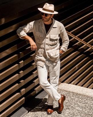 Cómo combinar un pantalón chino de lino en beige: Opta por una chaqueta campo de lino en beige y un pantalón chino de lino en beige para cualquier sorpresa que haya en el día. Haz mocasín con borlas de cuero marrón tu calzado para mostrar tu inteligencia sartorial.