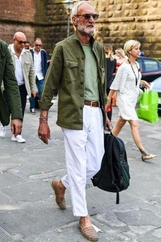 Cómo combinar unas gafas de sol en marrón oscuro: Utiliza una chaqueta campo verde oliva y unas gafas de sol en marrón oscuro para un look agradable de fin de semana. ¿Te sientes valiente? Completa tu atuendo con alpargatas de cuero marrónes.