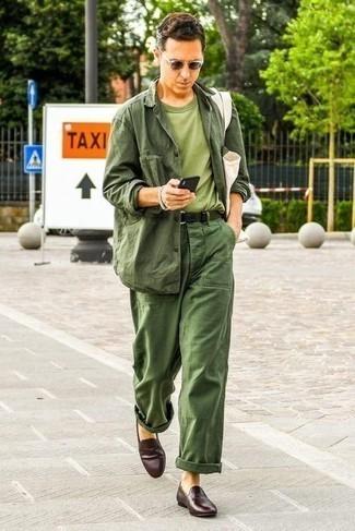 Cómo combinar un pantalón chino verde oscuro: Opta por una chaqueta campo verde oscuro y un pantalón chino verde oscuro para una vestimenta cómoda que queda muy bien junta. Con el calzado, sé más clásico y elige un par de mocasín de cuero en marrón oscuro.