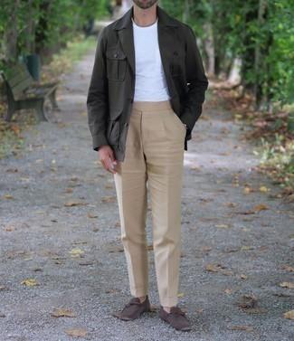 Cómo combinar un pantalón chino marrón claro: Casa una chaqueta campo verde oscuro con un pantalón chino marrón claro para lidiar sin esfuerzo con lo que sea que te traiga el día. Mocasín de cuero en marrón oscuro son una opción incomparable para completar este atuendo.