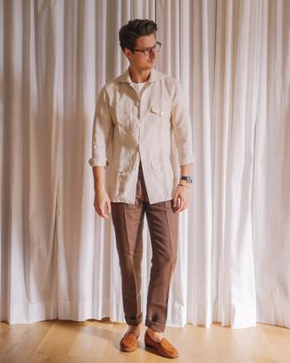 Cómo combinar: chaqueta campo de lino en beige, camiseta con cuello circular blanca, pantalón de vestir marrón, mocasín de ante en tabaco