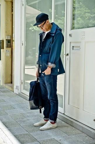 Cómo combinar una mochila de lona azul marino: Una chaqueta campo azul marino y una mochila de lona azul marino son una opción perfecta para el fin de semana. Dale onda a tu ropa con tenis de lona blancos.