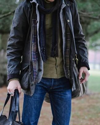 Cómo combinar: chaqueta campo negra, cárdigan gris, camisa de manga larga verde oliva, vaqueros azules