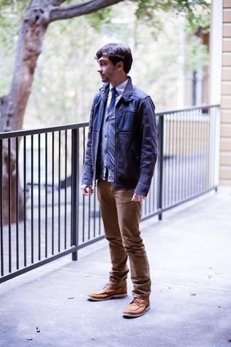 Cómo combinar unas botas casual de cuero marrón claro: Casa una chaqueta campo azul marino junto a unos vaqueros marrón claro para un look diario sin parecer demasiado arreglada. Agrega botas casual de cuero marrón claro a tu apariencia para un mejor estilo al instante.