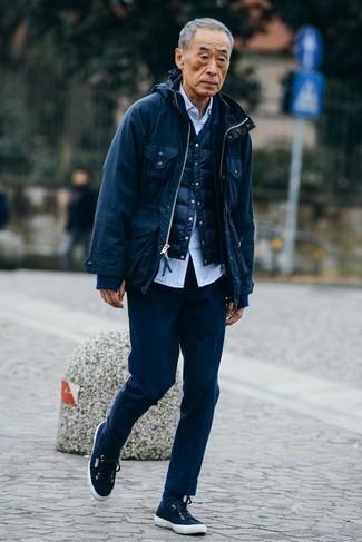Outfits hombres: Emparejar una chaqueta campo azul marino con un pantalón de vestir azul marino es una opción práctica para una apariencia clásica y refinada. Si no quieres vestir totalmente formal, opta por un par de tenis de lona azul marino.