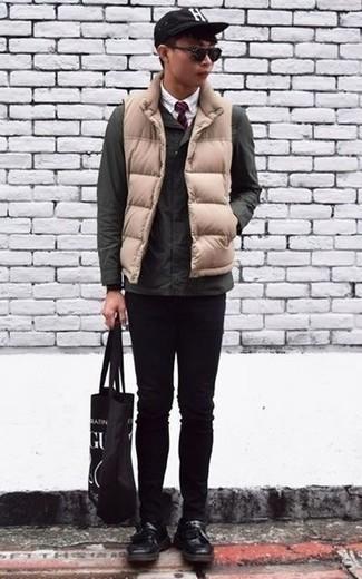 Cómo combinar una gorra de béisbol estampada en negro y blanco: Para un atuendo tan cómodo como tu sillón opta por una chaqueta campo verde oscuro y una gorra de béisbol estampada en negro y blanco. Mocasín con borlas de cuero negro añaden la elegancia necesaria ya que, de otra forma, es un look simple.