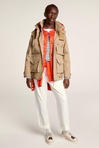 Cómo combinar una chaqueta campo: Empareja una chaqueta campo con un pantalón chino blanco para una apariencia fácil de vestir para todos los días. Náuticos de cuero en beige son una opción incomparable para completar este atuendo.