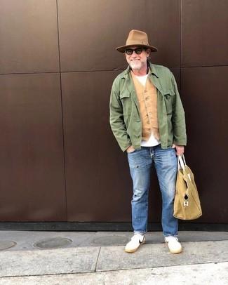 Cómo combinar: chaqueta campo verde, chaleco de vestir marrón claro, camiseta con cuello circular blanca, vaqueros desgastados azules