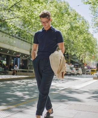 Cómo combinar: chaqueta campo de lino en beige, camisa polo azul marino, pantalón chino de lino azul marino, mocasín de cuero burdeos