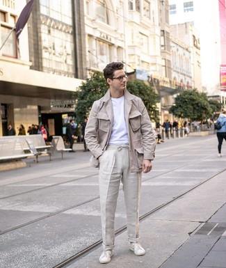 Cómo combinar: chaqueta campo de lino en beige, camiseta con cuello circular blanca, pantalón chino de lino en beige, tenis de cuero blancos