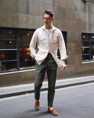 Cómo combinar: chaqueta campo de lino en beige, camiseta con cuello circular blanca, pantalón chino verde oscuro, mocasín de ante en tabaco