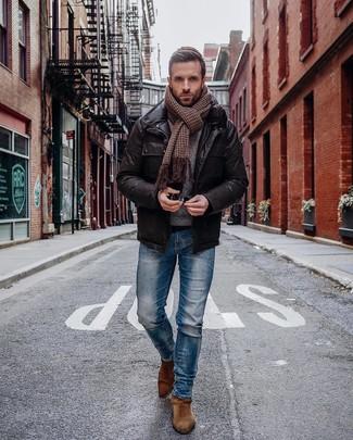 Cómo combinar: chaqueta campo de cuero en marrón oscuro, vaqueros pitillo azules, botines chelsea de ante marrónes, bufanda de pata de gallo marrón