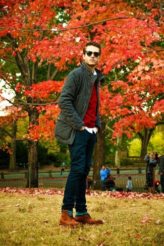 Cómo combinar: chaqueta campo acolchada verde oscuro, jersey con cuello circular rojo, camisa de manga larga blanca, vaqueros azul marino