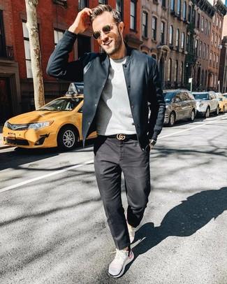 Cómo combinar: chaqueta campo negra, jersey con cuello circular gris, camisa de vestir de rayas verticales en blanco y negro, vaqueros en gris oscuro
