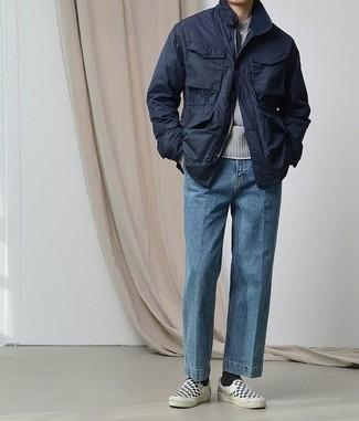 Cómo combinar una camiseta: Elige una camiseta y unos vaqueros azules para un look diario sin parecer demasiado arreglada. ¿Te sientes valiente? Haz zapatillas slip-on de lona a cuadros en negro y blanco tu calzado.
