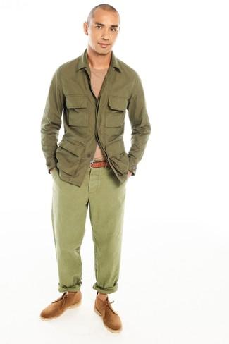 Cómo combinar: chaqueta campo verde oliva, jersey con cuello circular marrón claro, pantalón chino verde oliva, botas safari de ante marrón claro
