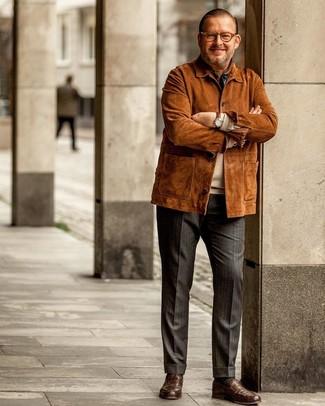 Cómo combinar un pantalón de vestir de rayas verticales en gris oscuro: Utiliza una chaqueta campo de ante en tabaco y un pantalón de vestir de rayas verticales en gris oscuro para crear un estilo informal elegante. Con el calzado, sé más clásico y opta por un par de mocasín de cuero marrón.