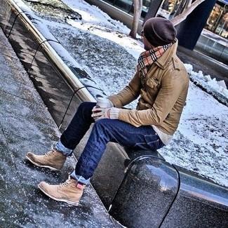Cómo combinar: chaqueta campo de cuero marrón, jersey con cuello circular gris, vaqueros azul marino, botas brogue de cuero marrón claro