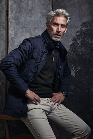 Outfits hombres: Para un atuendo que esté lleno de caracter y personalidad casa una chaqueta campo azul marino junto a un pantalón chino gris.