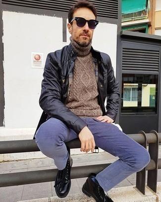 Cómo combinar unas botas casual de cuero negras: Utiliza una chaqueta campo negra y un pantalón chino de pana azul para un almuerzo en domingo con amigos. Botas casual de cuero negras dan un toque chic al instante incluso al look más informal.
