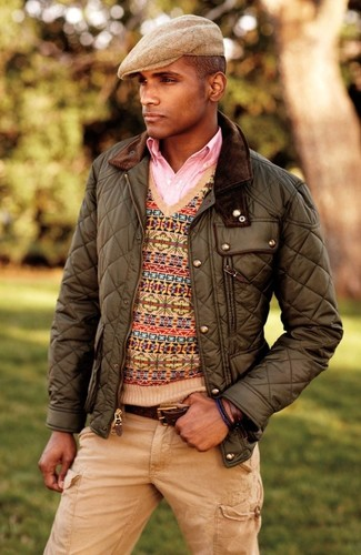 Cómo combinar: chaqueta campo acolchada verde oliva, jersey de pico de grecas alpinos marrón claro, camisa de manga larga rosada, pantalón cargo marrón claro