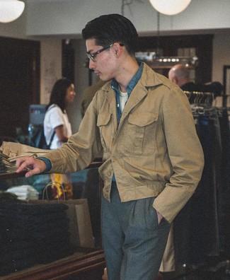 Cómo combinar: chaqueta campo marrón claro, camisa de manga larga de cambray azul, camiseta con cuello circular blanca, pantalón de vestir en gris oscuro