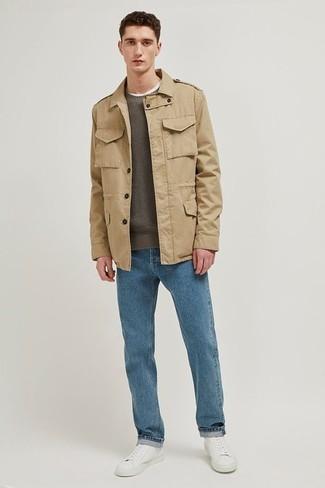 Cómo combinar: chaqueta campo marrón claro, jersey con cuello circular verde oliva, vaqueros azules, tenis de cuero blancos