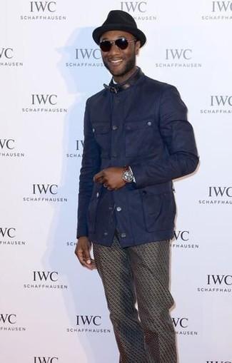 Cómo combinar: chaqueta campo azul marino, pantalón chino estampado en marrón oscuro, sombrero de lana negro, gafas de sol en marrón oscuro