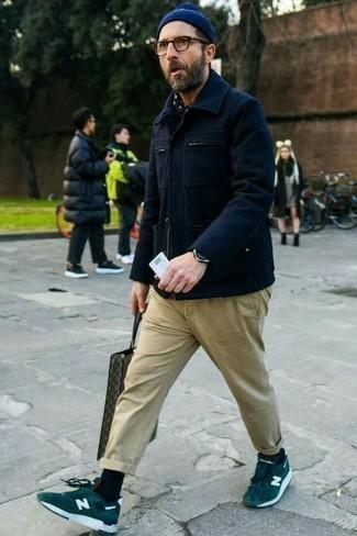 Moda para hombres de 40 años: Equípate una chaqueta campo de lana azul marino junto a un pantalón chino marrón claro para conseguir una apariencia relajada pero elegante. ¿Quieres elegir un zapato informal? Haz tenis de ante verde oscuro tu calzado para el día.