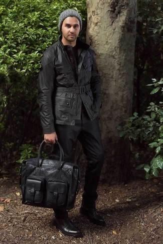 Cómo combinar un pantalón de vestir negro: Considera emparejar una chaqueta campo negra con un pantalón de vestir negro para un perfil clásico y refinado. ¿Quieres elegir un zapato informal? Complementa tu atuendo con botas casual de cuero negras para el día.
