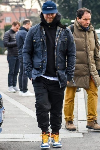 Cómo combinar una sudadera con capucha negra: Opta por una sudadera con capucha negra y un pantalón chino negro para lidiar sin esfuerzo con lo que sea que te traiga el día. Si no quieres vestir totalmente formal, usa un par de zapatillas altas de cuero en blanco y azul.