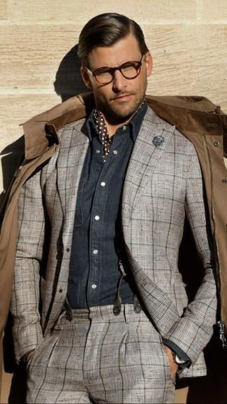 Cómo combinar: chaqueta campo marrón, traje de tartán gris, camisa de manga larga de cambray azul marino, bufanda de seda a lunares en marrón oscuro