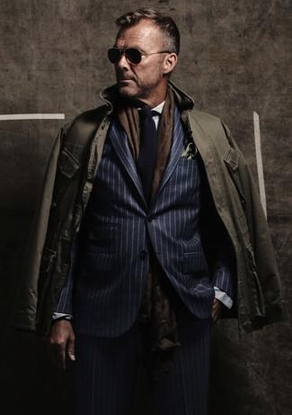 Cómo combinar: chaqueta campo verde oliva, traje de rayas verticales azul marino, camisa de vestir blanca, corbata de punto azul marino