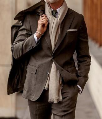 Cómo combinar un traje en marrón oscuro: Empareja un traje en marrón oscuro junto a una chaqueta campo de cuero en marrón oscuro para una apariencia clásica y elegante.