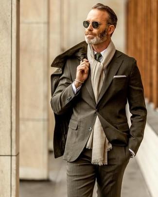 Cómo combinar una pulsera dorada: Una chaqueta campo de cuero verde oliva y una pulsera dorada son una opción incomparable para el fin de semana.