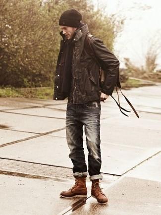 Cómo combinar: chaqueta campo en marrón oscuro, vaqueros desgastados azul marino, botas casual de cuero marrónes, mochila de cuero en marrón oscuro