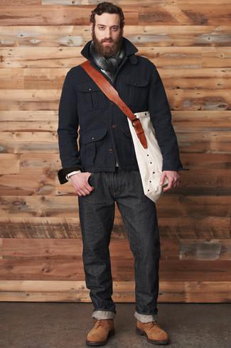Para un atuendo que esté lleno de caracter y personalidad ponte una chaqueta campo negra y unos vaqueros negros de Givenchy. Zapatos derby de ante marrónes levantan al instante cualquier look simple.